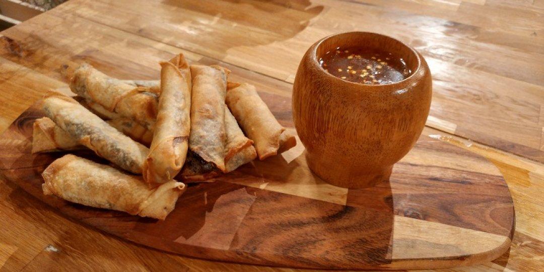 Spring rolls πάπιας me sweet chili sauce - Images