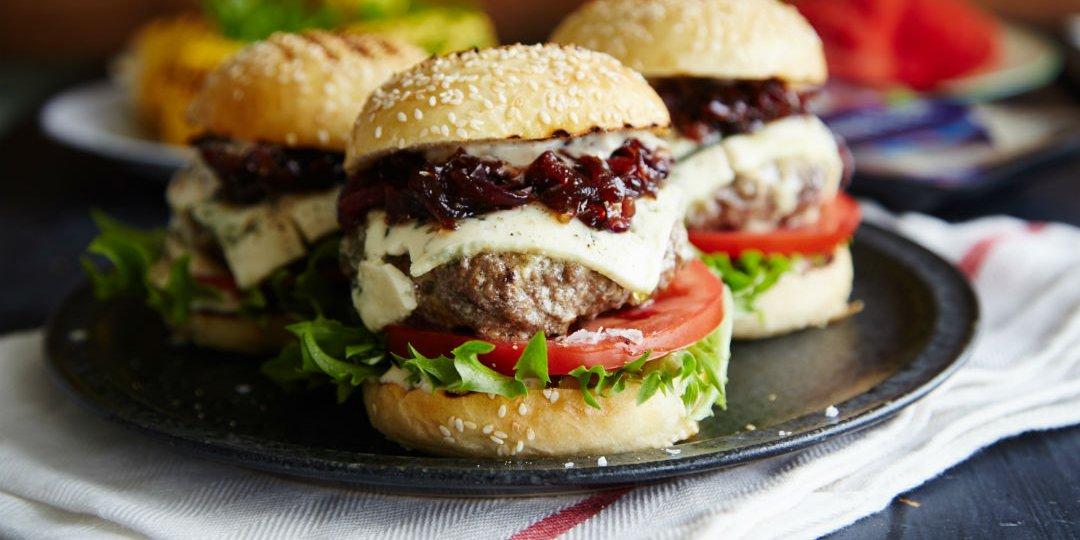 Μπιφτέκια foodsaver με καραμελωμένα κρεμμύδια, μπλε τυρί και σάλτσα μουστάρδας - Images