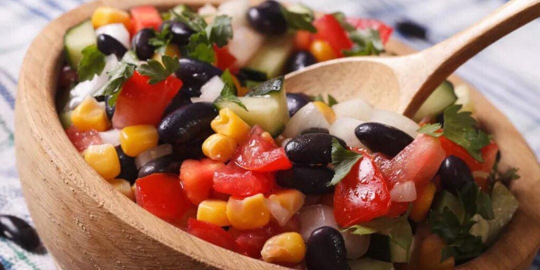Θρεπτική σαλάτα με φασόλια, αβοκάντο και καλαμπόκι - Images