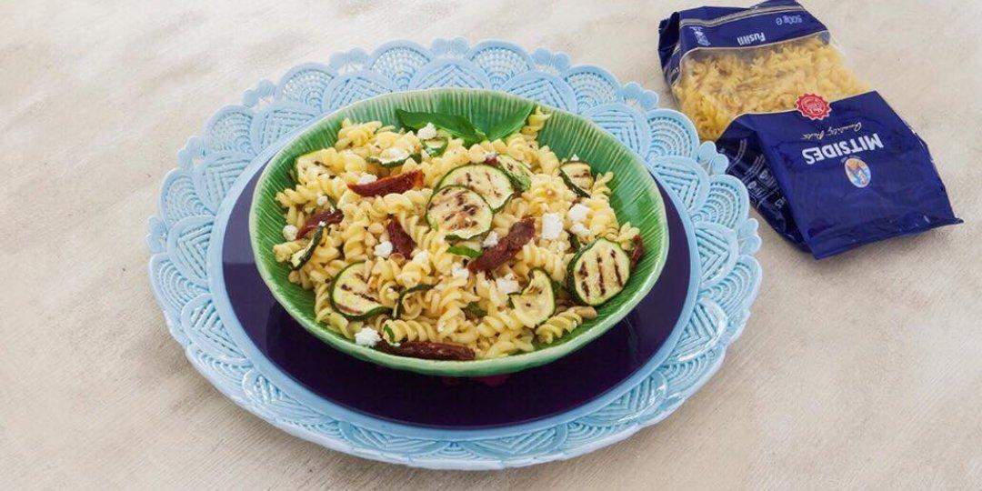 Σαλάτα με μακαρόνια, κολοκυθάκι, λιαστές ντομάτες και φέτα - Images