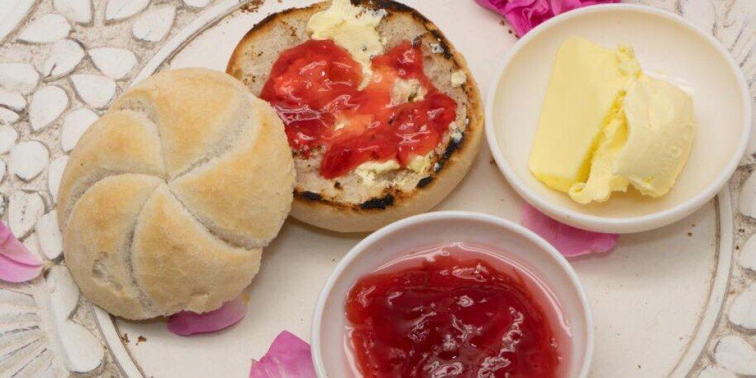 Ψωμάκια μπριός με βούτυρο και Γλυκό Τριαντάφυλλο Αγρού (Π.Γ.Ε.) για πρωινό - Images