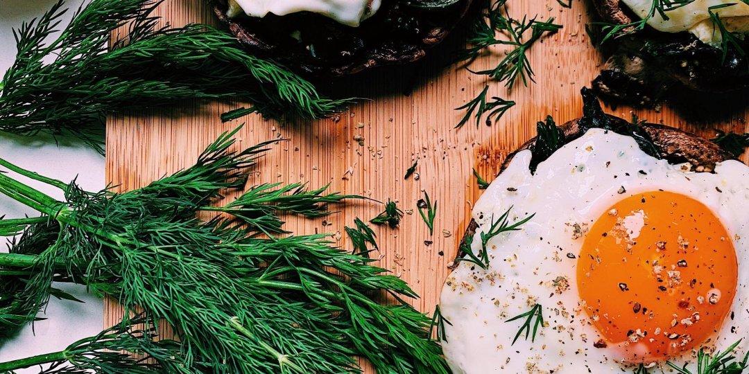 Αυγά μάτια πάνω σε γεμιστά μανιτάρια portobello - Images