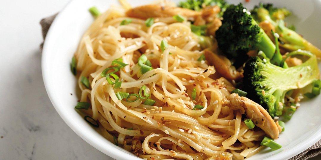 Noodles με κοτόπουλο, μπρόκολο και σάλτσα σόγιας Exotic Food - Images