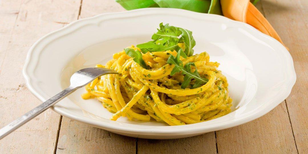 Σπαγγέτι με σάλτσα από σαφράν, ρόκα και ξύσματα παρμεζάνας - Images