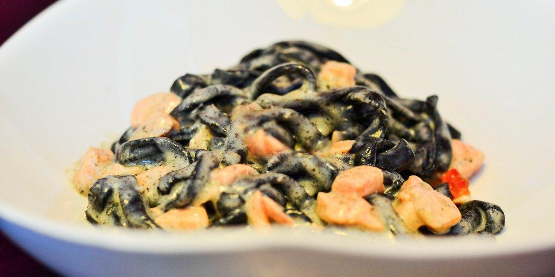 Μαύρα ζυμαρικά με μελάνι σουπιάς και σολομό Blue Island - Images
