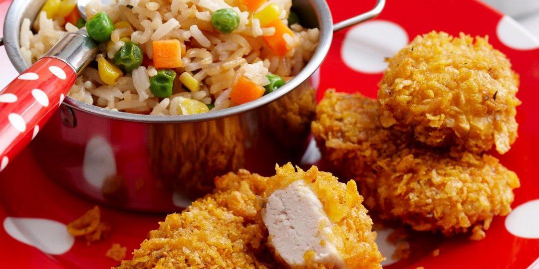 Παναρισμένες κοτομπουκιές με σησάμι από Foodsaver stores Και τηγανιτό ρύζι με αυγό και λαχανικά. - Images