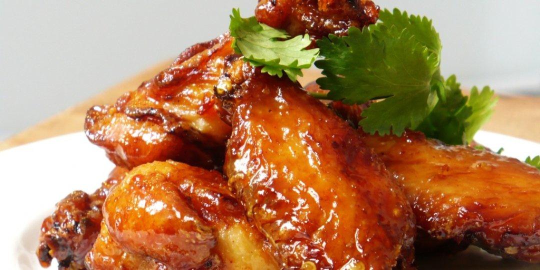 Φτερούγες κοτόπουλου Foodsaver σε σως μπάρμπεκιου με χαρούπι και σύκο, συνοδευμένο με ντιπ μπλε τυριού - Images