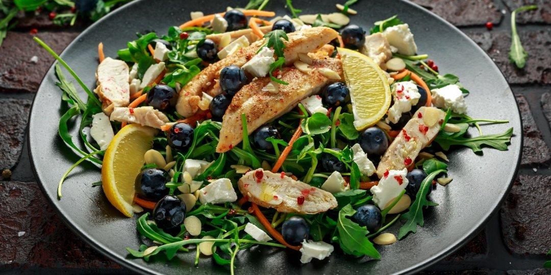 Απολαυστική σαλάτα με κοτόπουλο, bluberries, φέτα και κουκουνάρια - Images