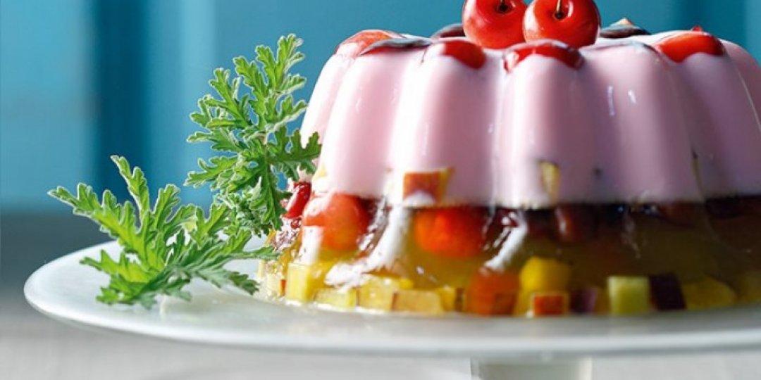 Δίχρωμο ζελέ με γιαούρτι, φρέσκα φρούτα και σάλτσα από βερίκοκα - Images