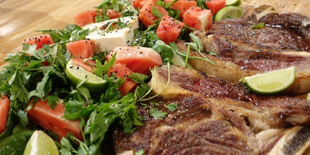 Σαλάτα με καρπούζι φέτα και μπριζόλα - Images
