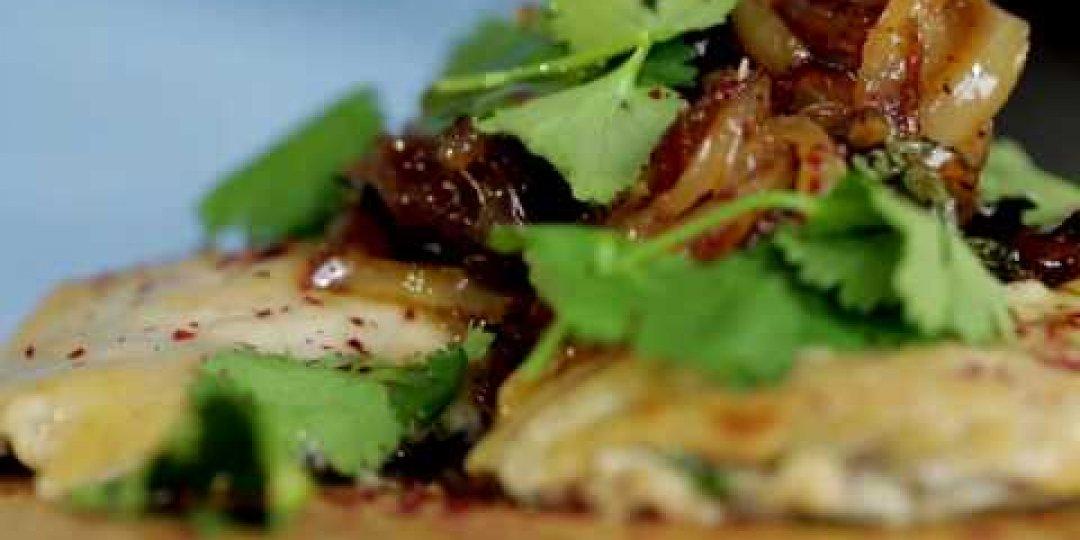 Τσιπούρα με Ταχίνι ψημένη στον φούρνο, σερβιρισμένη με καραμελωμένα κρεμμύδια - Κεντρική Εικόνα