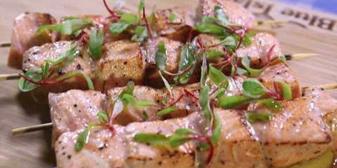 Σουβλάκια σολομού Blue Island με σάλτσα μυρωδικών (video) - Κεντρική Εικόνα