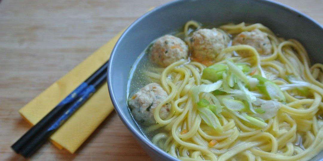 Σούπα ράμεν με noodles και κεφτεδάκια κοτόπουλο - Images