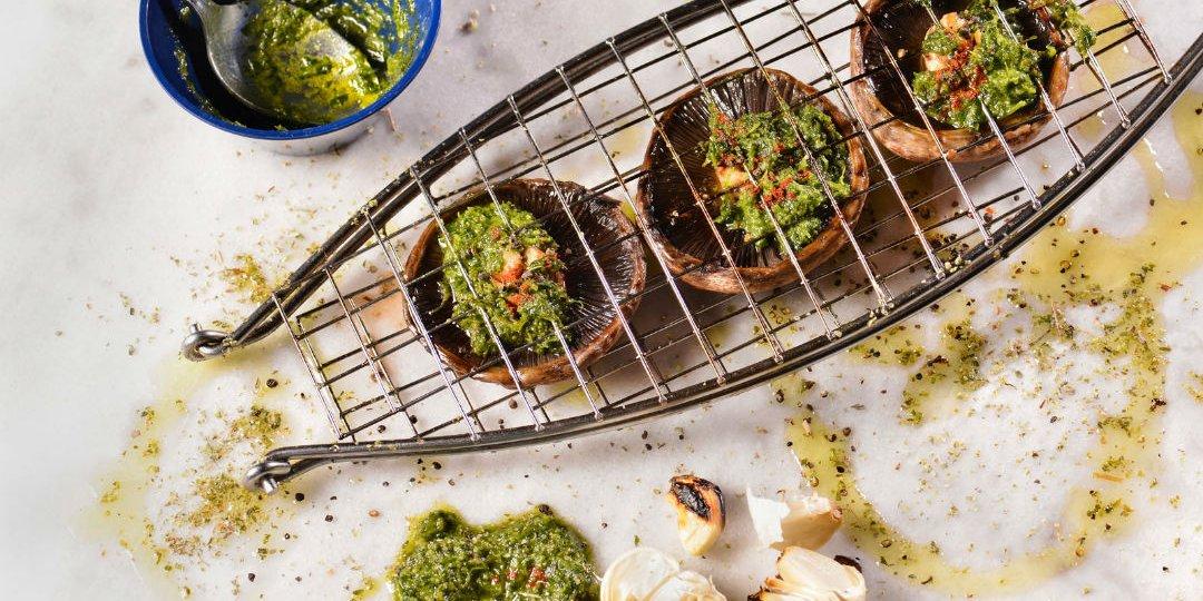 Μανιτάρια πορτομπέλο στη σχάρα με ελαιόλαδο και φρέσκα βότανα - Images