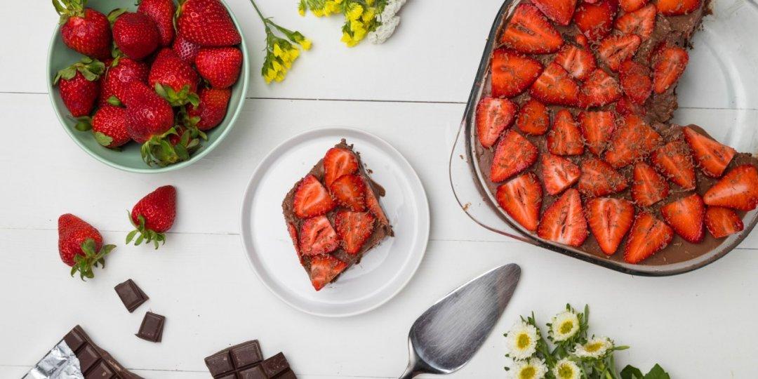 Σοκολατένιο γιαουρτογλυκό ψυγείου με φράουλες - Images