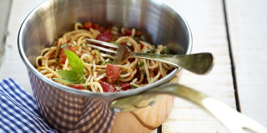 Σπαγγέτι με σάλτσα κόκκινης πιπεριάς - Images