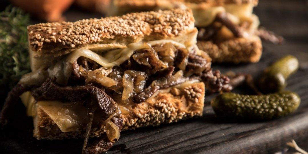 Σάντουιτς με μοσχάρι FOODSAVER, καραμελωμένα κρεμμύδια και λιωμένο τυρί (Steak Sandwich) - Images