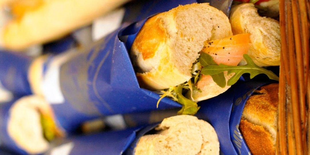 Σάντουιτς με καπνιστό σολομό, κολοκυθάκια και κατίκι - Images