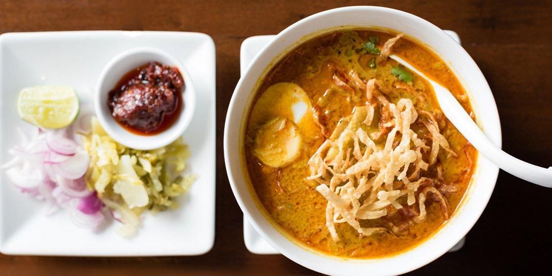 Κοτόσουπα με noodles και σος σόγιας  - Images