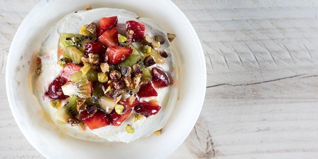Μους γιαουρτιού με ξηρούς καρπούς και φρούτα - Images
