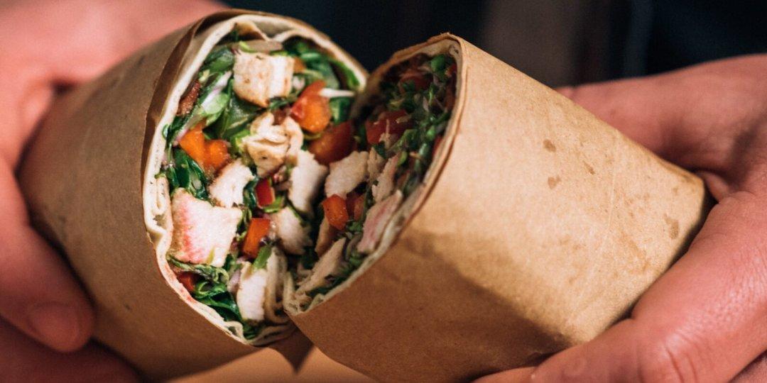 Σαλάτα σε αραβική πίτα με κοτόπουλο και λαχανικά - Images