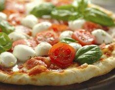 Πίτσα με ντομάτα και μοτσαρέλα  - Images