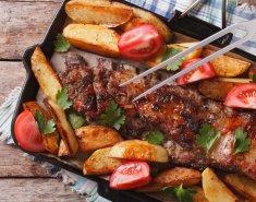 Χοιρινά παϊδάκια με barbecue sauce και πατάτες  - Images