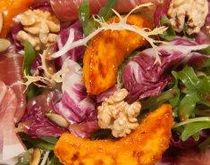 Ζεστή σαλάτα λαχανικών με καραμελωμένα μήλα και ξηρούς καρπούς - Images