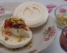Φωλιά μαρέγκας με παγωτό βανίλια και Γλυκό Τριαντάφυλλο Αγρού (Π.Γ.Ε.) - Images