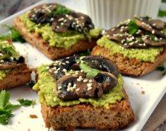 Μπρουσκέτες με χούμους πέστο και μανιτάρια - Images