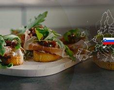 Φρυγανισμένο ψωμί με Kraški pršut ΠΓΕ, κατσικίσιο τυρί και καραμελωμένα κρεμμύδια - Images