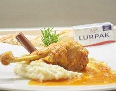 Κοτόπουλο κοκκινιστό με βουτυράτο πουρέ πατάτας - Images