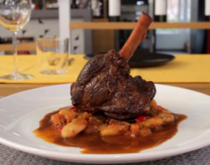 Αρνίσιο κότσι μαγειρευτό με κόκκινο κρασί και δεντρολίβανο - Images