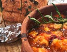Μοσχαράκι σε πήλινο με τυρόψωμο μυρωδικών - Images
