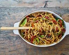 Noodles με κοτόπουλο σόγια, μέλι και πιπεριές  - Images