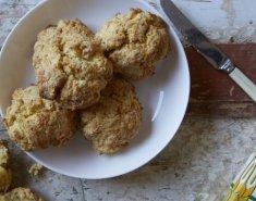 Σκόουνς με τυρί cheddar, φρέσκο κρεμμυδάκι και λούντζα - Images
