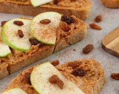 Ανοιχτό σάντουιτς με φυστικοβούτυρο και μήλο - Images