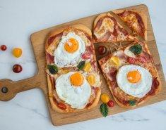 Πίτσα για πρωινό με τηγανητά αυγά και ζαμπόν (Breakfast pizza) - Images