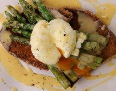 Αυγό ποσέ και σάλτσα βουτύρου με σπαράγγια  - Images