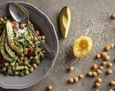 Ρεβυθοσαλάτα με αβοκάντο και πράσινη σως ταχινιού - Images
