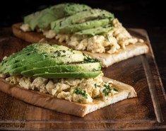 Αβοκάντο τοστ με αυγά scrambled - Images
