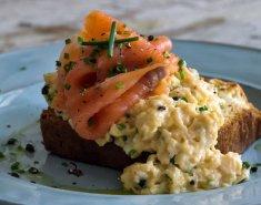 Αυγά scrambled με σολομό - Images