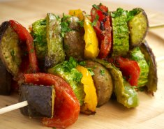 Σουβλάκια λαχανικών Foodsaver στο γκριλ με σως - Images