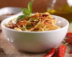 Σπαγγέτι με σκόρδο και καυτερή πιπερίτσα  - Images