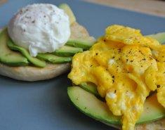 Αυγά και αβοκάντο σε τοστ  - Images