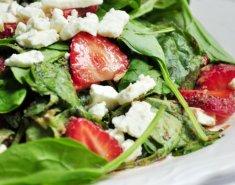 Σαλάτα µε ροκφόρ, καρύδια και φράουλες - Images